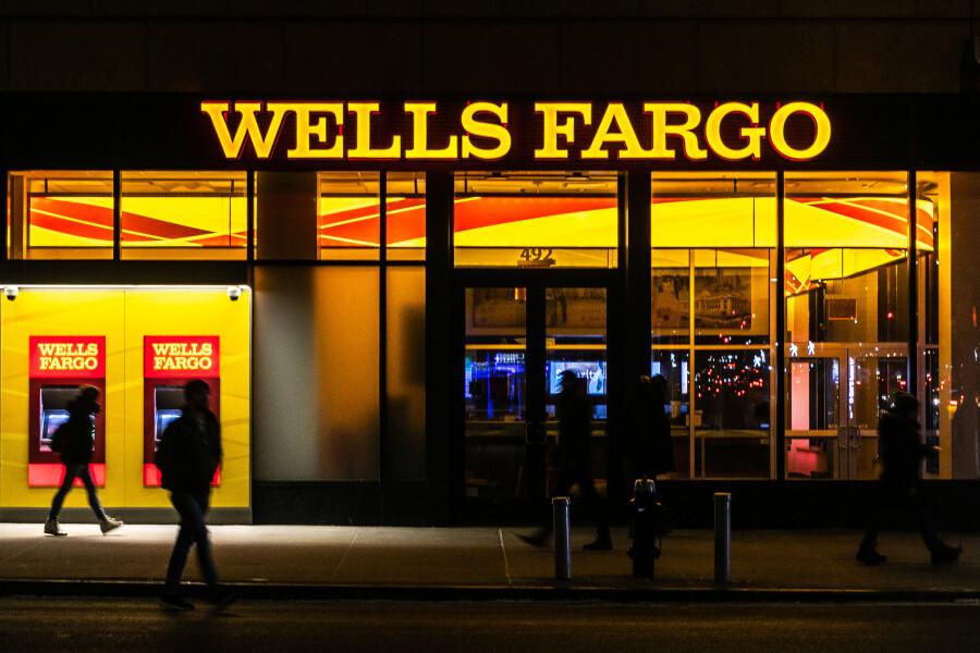 Баффет продал почти все акции Wells Fargo и снизил долю в Chevron