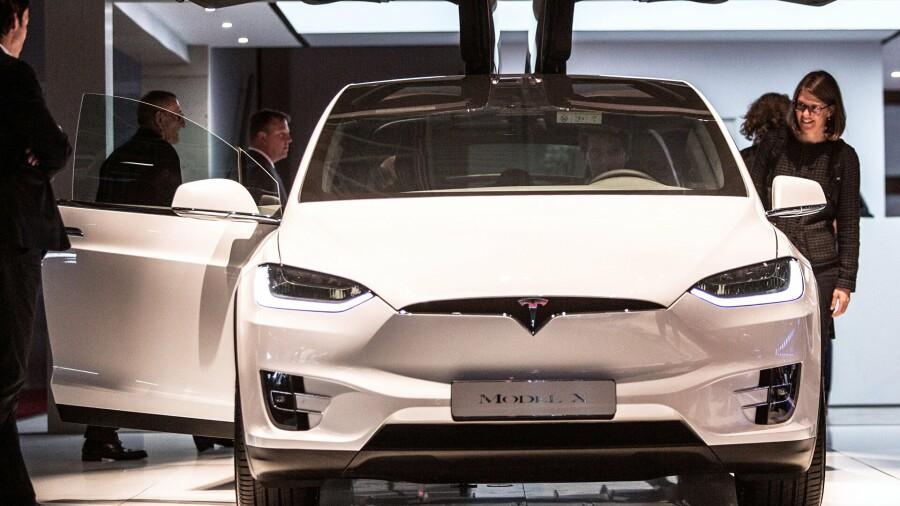 Tesla повышает цены на электромобили в США, сдерживая их в Китае